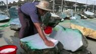 Schöne Steine, schmutzige Vergangenheit: Ein Arbeiter bereitet einen Brocken für den Markt vor.