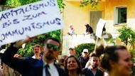 Linke Demonstranten ziehen durch das Berliner Villenviertel Grunewald und fordern Enteignung