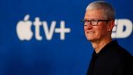 """Apple-Vorstandschef Tim Cook nimmt an der Premiere der zweiten Staffel von """"Ted Lasso"""" Mitte Juli in Hollywood teil."""