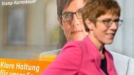 Verbietet türkische Wahlkampf-Auftritte im Saarland: Annegret Kramp-Karrenbauer auf und vor einem Wahlplakat