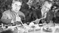 Präsident Richard Nixon (r.) isst während seiner China-Reise 1972 gemeinsam mit Ministerpräsident Tschou En-lai.