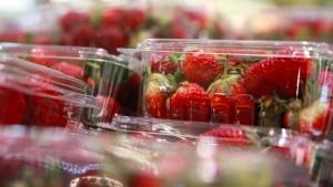 Nadeln in Erdbeeren versteckt