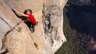 Ohne Sicherung durchklettert der Extremsportler Alex Honnold eine der schwersten Kletterrouten am El Capitan im Yosemite Nationalpark.