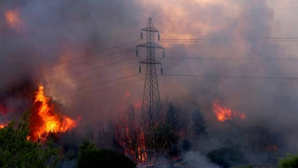 Deutsch-türkisches Ehepaar stirbt, Feuer erreicht Vororte von Athen