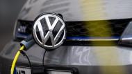 Ein Volkswagen steht in der Innenstadt an einer Elektro-Ladesäule.
