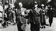 """""""Die Holländer kommen"""": Landdorst Adriaan Blaauboer (links) am 23. April 1949 auf dem Weg zum Rathaus"""