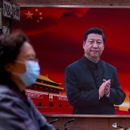 Ein Plakat mit einem Portrait von Staats- und Parteichef Xi Jinping in einer Straße in Schanghai.