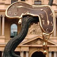 """In Sydney steht die Skulptur """"Profit of Time"""" des surrealistischen Künstlers Salvador Dali (1904 - 1998), die an sein berühmtes Gemälde """"Schmelzende Uhren"""" erinnert."""