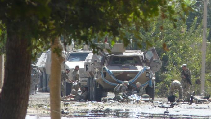 Deutsche Soldaten helfen ihren verletzen Kameraden im Jahr 2009, nachdem ein Selbstmordattentäter ihren Konvoi nahe Kundus angegriffen hat.