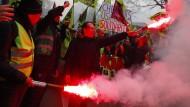 Mit bengalischem Feuer: Streikende Eisenbahner demonstrieren in Paris.