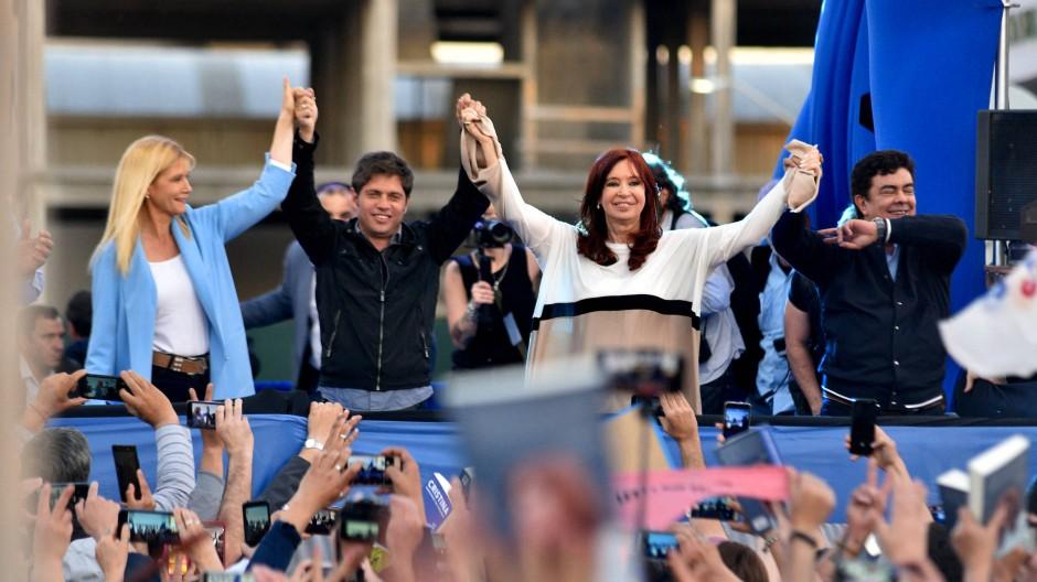 Weiß sich zu inszenieren: Kirchner (3. v. l.) bei einer Wahlkampfveranstaltung in Buenos Aires im September