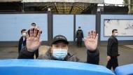 Nichts zu sehen? Ein Sicherheitsmann im Januar am Huanan-Fischermarkt