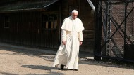 Franziskus betet in Auschwitz für Opfer des Holocausts