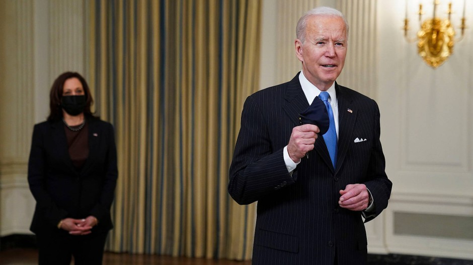 Während Joe Biden am Dienstag im Weißen Haus übers Maskentragen spricht, steht Vizepräsidentin Kamala Harris im Hintergrund.