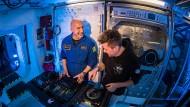 Der Astronaut und ISS-Kommandant Luca Parmitano lässt sich von DJ Le Shuuk (bürgerlich Chris Stritzel) in ein DJ-Pult einweisen.