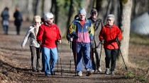 Rüstige Rentner machen Nordic Walking - und sorgen richtig vor.