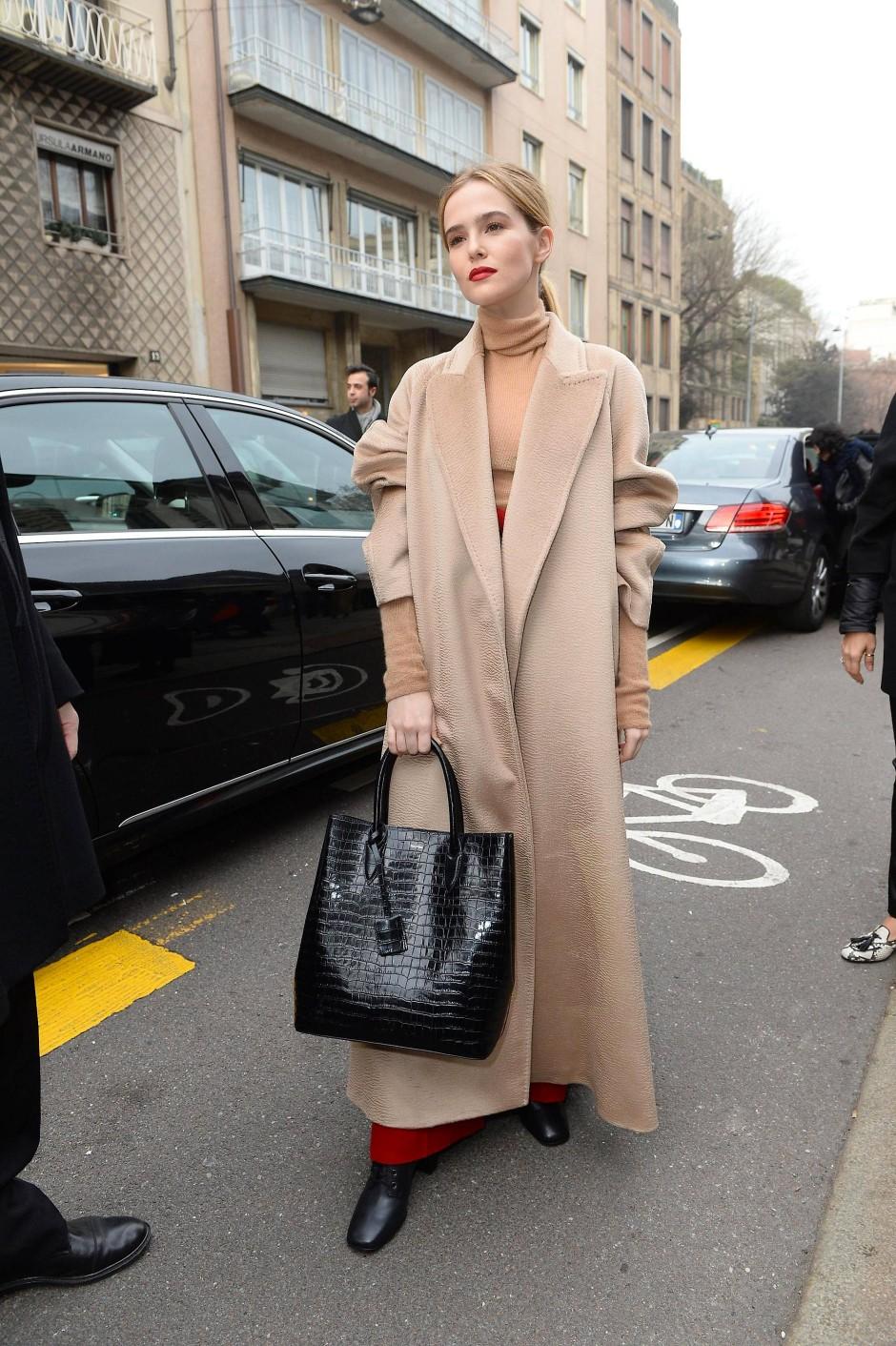Ikonen: Schauspielerin Zoey Deutch trägt den Mantel in Mailand