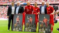 Salihamidzic, Hoeneß und Rummenigge verabschieden Rafinha, Ribery und Robben, die mit Bildern ihrer Titelsammlungen posieren.