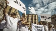 In weiß gekleidete Menschen demonstrierten am Samstag in Barcelona für einen Dialog im Katalonien-Konflikt.