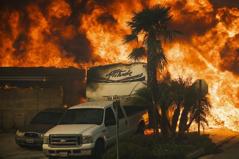 Ein Wohnhaus in Ventura steht vollständig in Flammen.