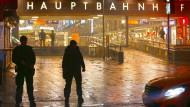 In der Silvesternacht sichern Polizisten den Münchner Hauptbahnhof.