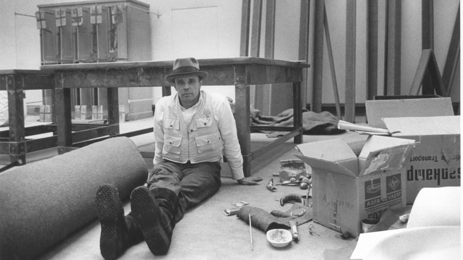 Werkstatt Landesmuseum: Beuys arrangiert 1970 in Darmstadt seine Werke.