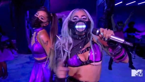 Gaga-Show mit Maske
