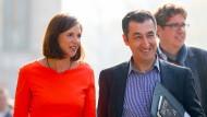 Wer will denn da Vizekanzler(in) werden? Die Grünen-Spitzenkandidaten Katrin Göring-Eckardt und Cem Özdemir, im Hintergrund Grünen-Geschäftsführer Michael Kellner