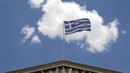 Die griechische Flagge weht über der Innenstadt Athens.