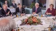 Mit einer Sondergenehmigung nach Berlin gereist: Wladislaw Surkow (Mitte)