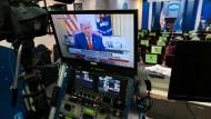 Der scheidende amerikanische Präsident Donald Trump fordert seine Anhänger per Video zum Gewaltverzicht auf.