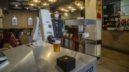 Bier-Roboter in der Kneipe