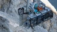Schwer beschädigt und mittlerweile geborgen: die Seilbahnkabine der Zugspitzseilbahn