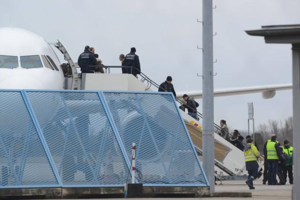 Abgelehnte Asylbewerber steigen am Baden-Airport in Rheinmünster in ein Flugzeug (Archivbild)