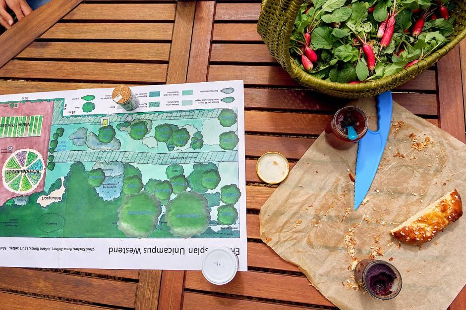 Gartenglück: Zum Gärtnern gehören neben dem Gießen und guter Organisation auch verdiente Pausen mit eigener Ernte.