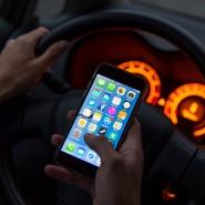 """Das """"Halten"""" des Handys setzt nach Ansicht der Autofahrerin den Einsatz der Hände voraus. Die Richter in Köln sahen das anders."""