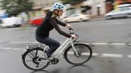 Noch lässt sich nicht sagen, ob E-Bikes gefährlicher sind.