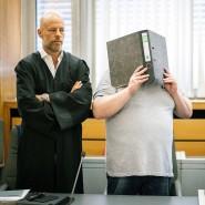 Dem Angeklagten (Mitte) wird vorgeworfen, seine frühere Freundin getötet zu haben.