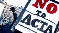 Auch die Netzgemeinde besteht aus Bürgern: Im Februar 2012 demonstrieren Aktivisten in Stockholm gegen das Handelsabkommen ACTA