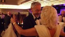 """""""Gentleman Host"""" Peter Nemela bei der Arbeit: Tanzen auf dem Kreuzfahrtschiff."""