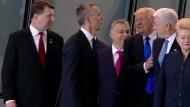 Donald Trump schiebt sich unsanft vor Dusko Markovic, den Premierminister von Montenegro.