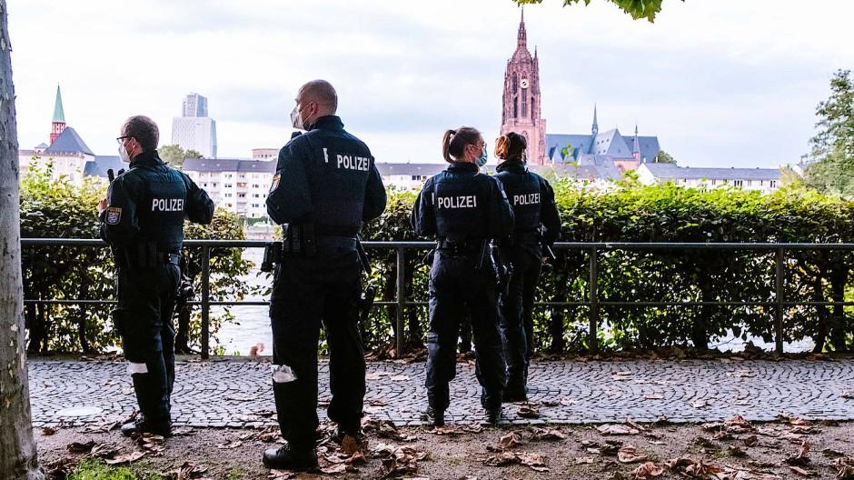 Polizisten am Frankfurter Mainufer.