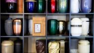 Große Auswahl: Die Bestattungen werden immer anonymer, bei den Urnen schätzen die Kunden aber Individualität.