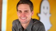 Ein Gespenst geht um: Snap-Chef Evan Spiegel vor seinem Logo