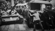 Die Barrikaden, die Prager Bürger errichteten, hielten die Truppen des Warschauer Pakts nicht lange auf.