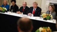 Trump unter Topmanagern: Ginni Rometti (IBM), Indra Nooyi (Pepsi), Stephen Schwarzman (Blackstone), Donald Trump und Mary Barra (General Motors) im Februar 2017.