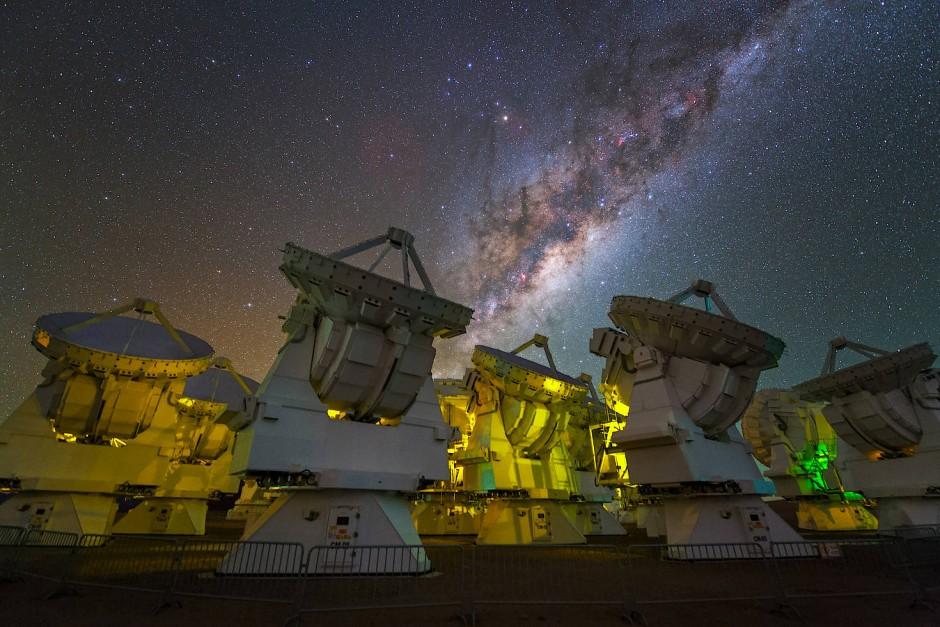 Im Zentrum unserer Milchstraße – hier am Himmel hinter dem Alma-Teleskopverbund zu sehen – weisen die extremen Bewegungen von Sternen auf die Existenz einer enormen Masse hin.