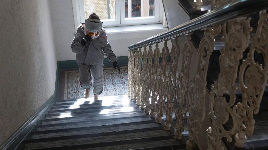 Beschwerlich: Dieser Altersanzug mit Gewichten an den Hosenbeinen soll zeigen, wie sich der Weg die Treppe hoch für Senioren anfühlt.