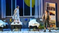 Im Schlafzimmer beginnen Kinderträume: Peter Pan (Robert Lang, rechts) und Wendy (Anabel Möbius) reisen von hier aus nach Nimmerland.