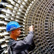 Ein Mechaniker überprüft in Oberhausen beim Turbinenhersteller MAN-Turbo die Schaufeln einer Turbine.